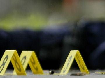La policía ha acordonado la zona, donde se podían ver dos cadáveres frente al restaurante Chicken & Watermelon.