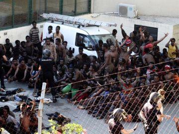 Inmigrantes subsaharianos que lograron acceder a la ciudad española de Ceuta tras un salto masivo a la valla fronteriza que separa la ciudad de MarruecoS