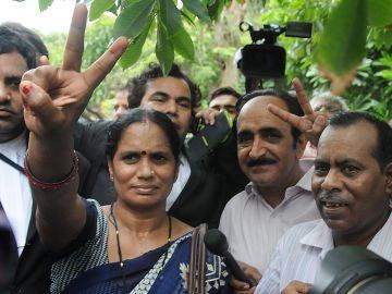 La madre y el padre de una joven violada y asesinada en 2012, a la salida del Tribunal Supremo en Nueva Delhi.