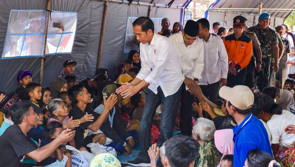 Joko Widodo saluda a algunos evacuados por el terremoto que sacudió la isla de Lombok