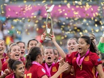 Rosa Otermin levanta el trofeo como campeonas de Europa