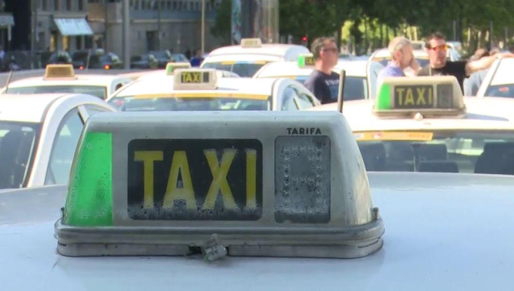Imagen de archivo del cartel de un taxi con la luz verde encendida
