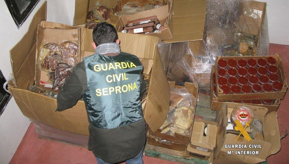 En la imagen la Guardia Civil inmoviliza una tonelada de productos
