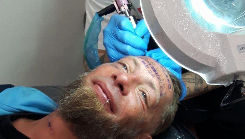 Momento en el que realizan el tatuaje a Tomek