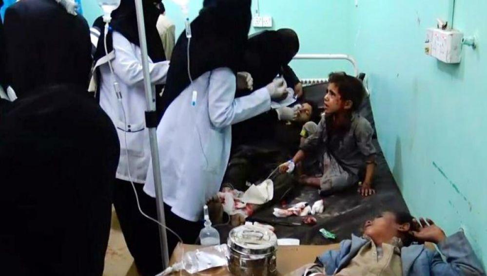 Varios niños heridos reciben atención médica en un hospital tras el bombardeo en Yemen