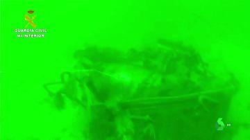 En la imagen el hachís sumergido en el fondo del mar