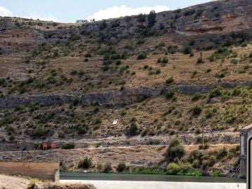 Vista de la zona por la que se deslizó un vehículo hasta el pantano de Henchideros