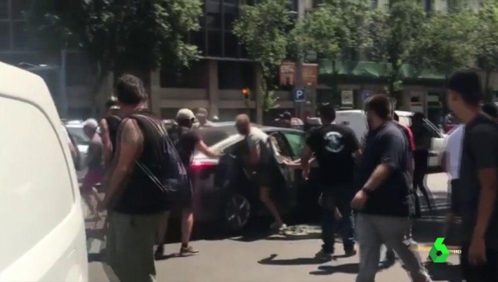 En la imagen los taxistas atacando a los conductores de VTC