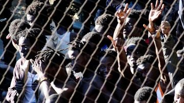 Migrantes subsaharianos tras acceder a Ceuta tras un salto masivo a la valla fronteriza que separa la ciudad de Marruecos