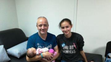 Patricia Aguilar, la joven captada por una secta, con su bebé y su padre