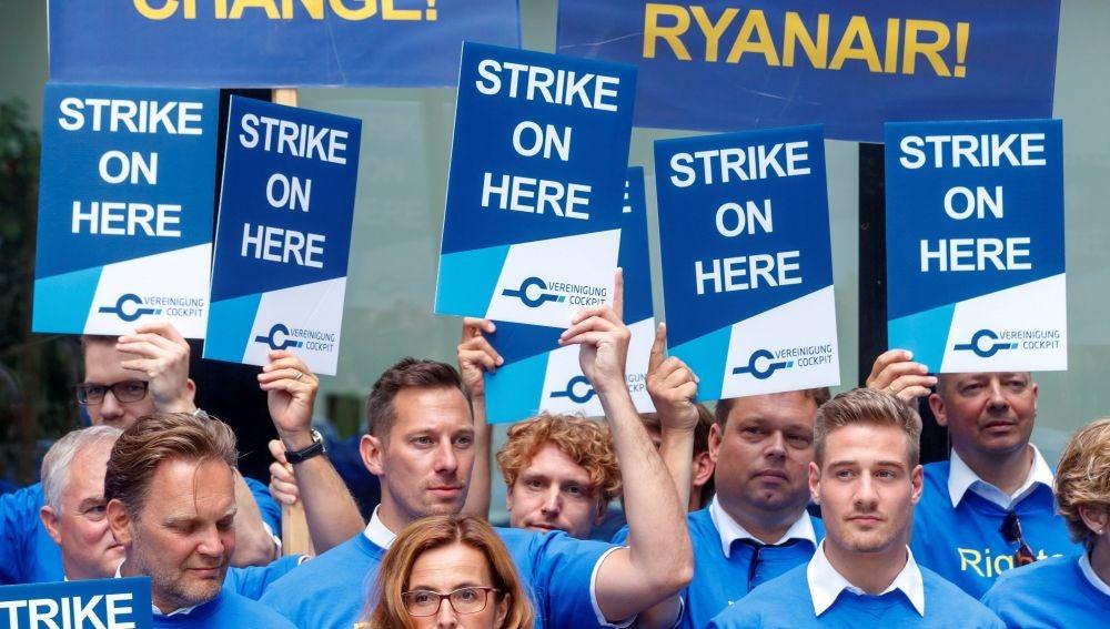 Varios pilotos de la aerolínea de bajo coste Ryanair protestan en el Aeropuerto Internacional de Fráncfort
