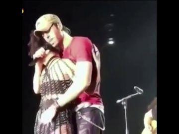 Enrique Iglesias besa en la boca a una fan y toca el culo a su telonera en su concierto más tórrido