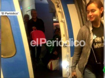 Patricia Aguilar, la joven captada por la secta Gnosis, saliendo del avión en Madrid