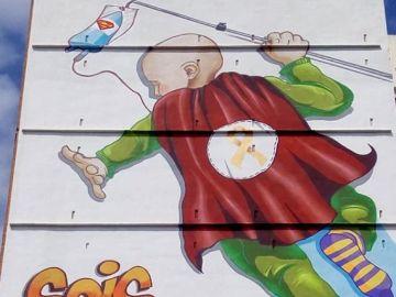 'Sois héroes': el esperanzador mural que ven los niños con cáncer desde su ventana en un hospital de Valencia