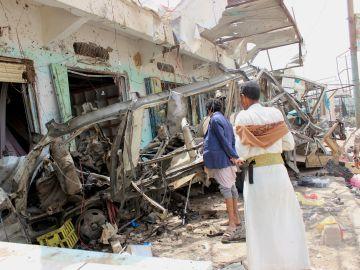 Varios hombres inspeccionan la escena de un ataque aéreo perpetrado por la coalición lidera por Arabia Saudí, después del bombardeo a un autobús con niños que causó 50 muertos y 77 heridos, en Sadaa (Yemen)