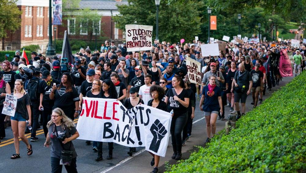 Estudiantes de la Universidad de Virginia en la concentración de Charlottesville