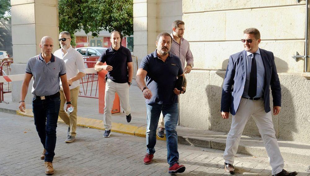 Los vigilantes de un centro comercial sevillano a su salida de los juzgados