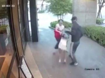 A la fuerza, a plena luz del día y sin esconderse: así es el momento en el que un hombre intenta secuestrar a una niña
