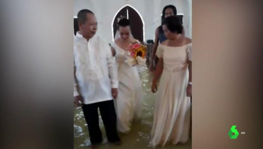 Boda en una iglesia inundada de Filipinas