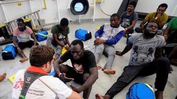 Imagen de un grupo de migrantes rescatados en alta mar