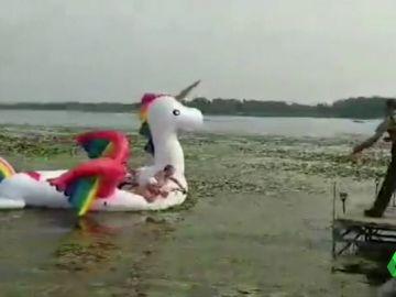 Cinco mujeres se quedan varadas sobre su unicornio hinchable en un lago de Minnesota