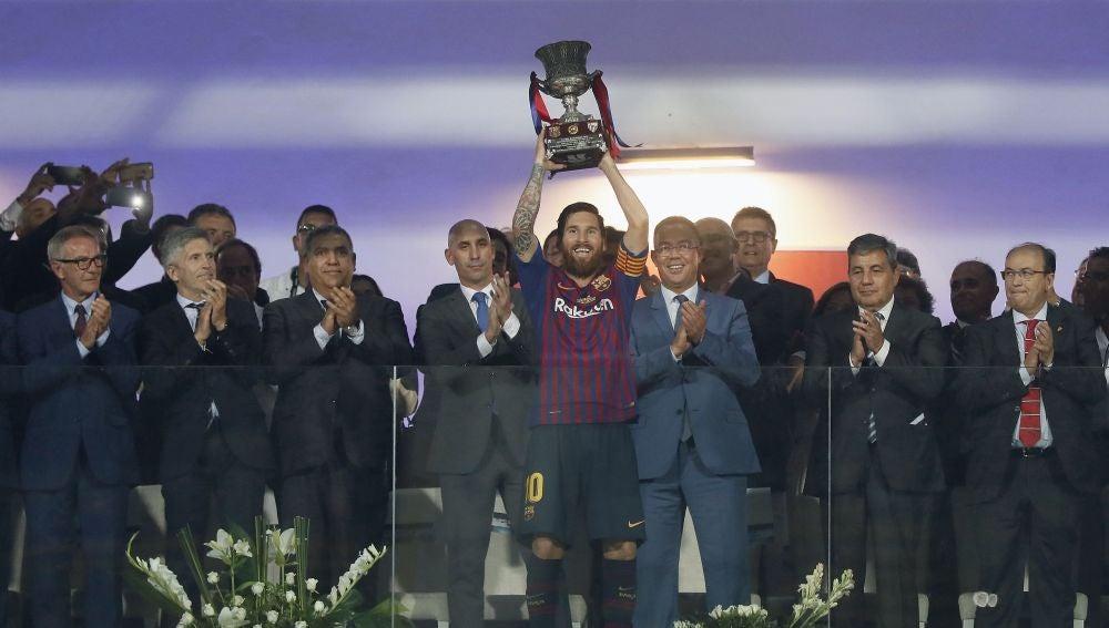 El capitán Leo Messi levanta el trofeo de campeón tras la final de la Supercopa de España