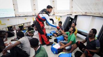 Varios inmigrantes rescatados abordo del barco de rescate Aquarius