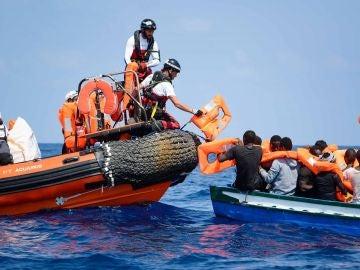 Varios migrantes siendo rescatados para ser llevados abordo del barco de rescate Aquarius (Archivo)
