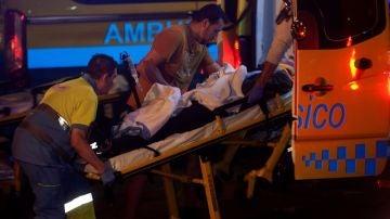 Equipos sanitarios atendiendo a uno de los heridos tras desplomarse una pasarela en un festival de Vigo
