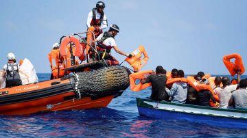 Fotografía facilitada por Médicos Sin Frontera de los tripulantes del Aquarius tratando de ayudar a una embarcación a la deriva