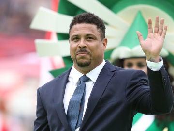 Ronaldo Nazario saludando
