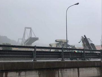 Colapso parcial del puente, que se ha venido abajo en una zona urbana