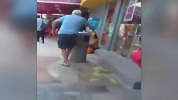 Hombre intentando atacar con ácido a una niña