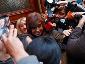 Cristina Fernández ante los medios tras salir de su domicilio