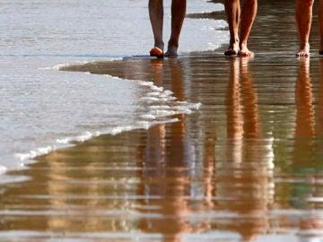 Imagen de archivo de gente caminando por la playa