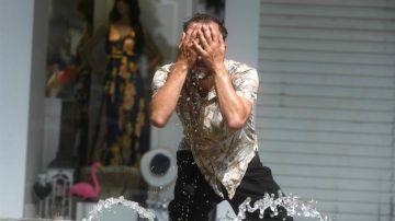 Un hombre intenta refrescarse en una fuente de Córdoba, en una jornada marcada por la ola de calor