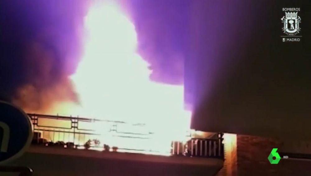 En la imagen como quedó el edificio tras que un hombre se quemará a lo bonzo