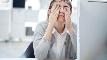 Mujer frotándose los ojos