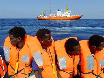 Migrantes rescatados antes de ser trasladados al Aquarius