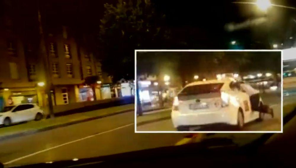 Un taxista lleva a un cliente a una comisaría de Gijón colgado de la ventanilla tras discutir por el precio