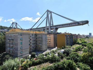 Una de las secciones de un puente que aún se mantienen en pie
