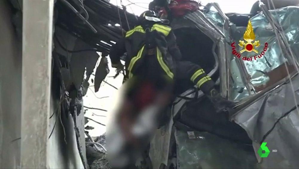 20 horas entre los escombros: el rescate de uno de los supervivientes de la tragedia de Génova