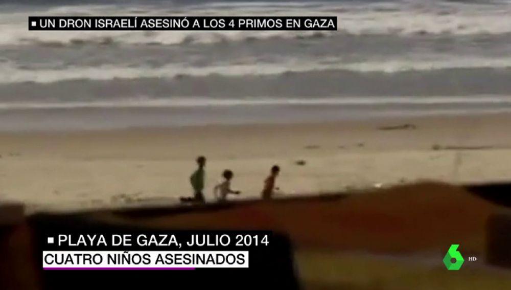 Tres niños corren en la playa de Gaza tras un ataque del ejército israelí