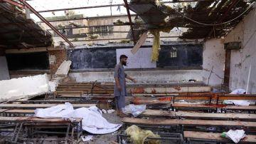Un hombre inspecciona el lugar en el que se ha producido un atentado suicida en Kabul