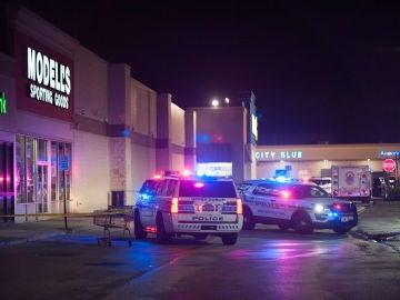Operativos de la Policía en el Walmart de Filadelfia donde sucedió el tiroteo