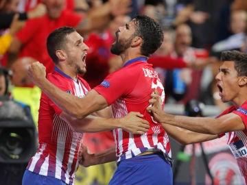 Diego Costa celebra su gol con sus compañeros del Atlético de Madrid