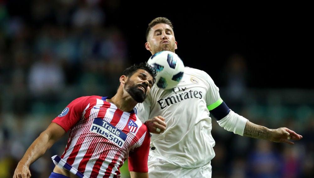 Diego Costa y Sergio Ramos se disputan el balón en la Supercopa de Europa