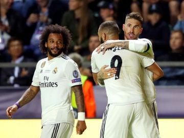 Benzema celebra con Sergio Ramos el gol del sevillano