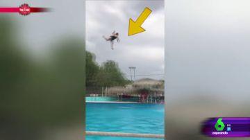 La mujer salta por los aires