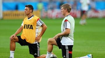 Özil y Kroos calientan antes de un partido con Alemania
